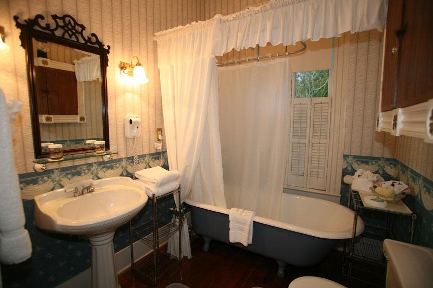 Маленькая ванная в викторианском стиле