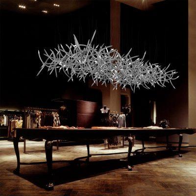НЕобычная люстра в стиле модерн в столовой