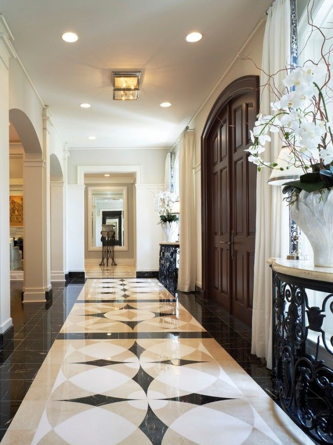 Мраморный пол в коридоре в стиле неоклассики
