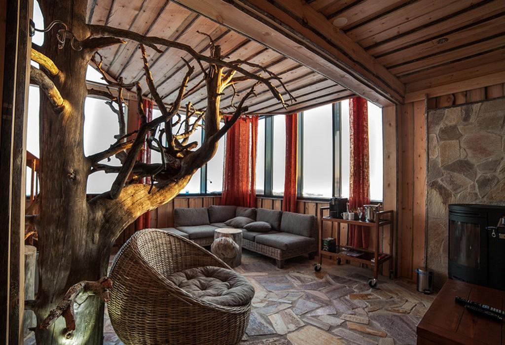 Гостиная в деревенском стиле с отделкой из натуральных материалов