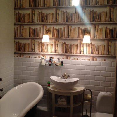 Обои под книжные полки в ванной в стиле ретро