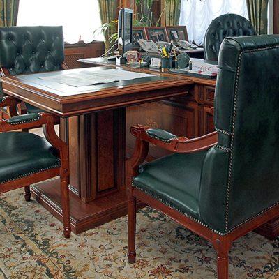 Отделка зеленой кожей мебели в кабинете в английском стиле