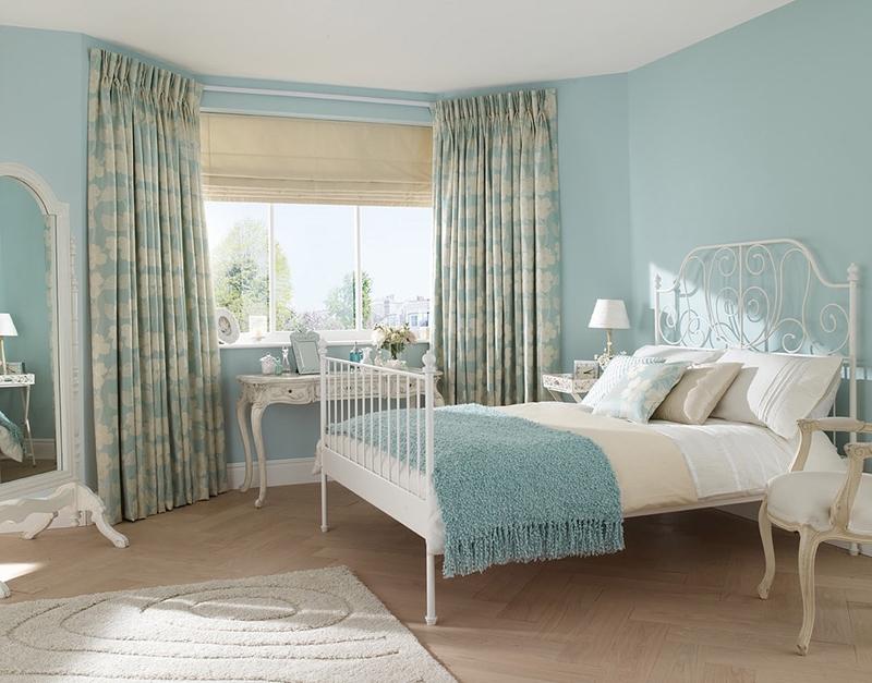 Римские шторы в спальне с портьерами