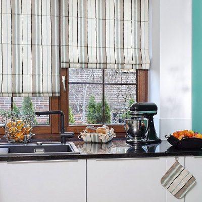 Римские шторы на кухне в вертикальную полоску