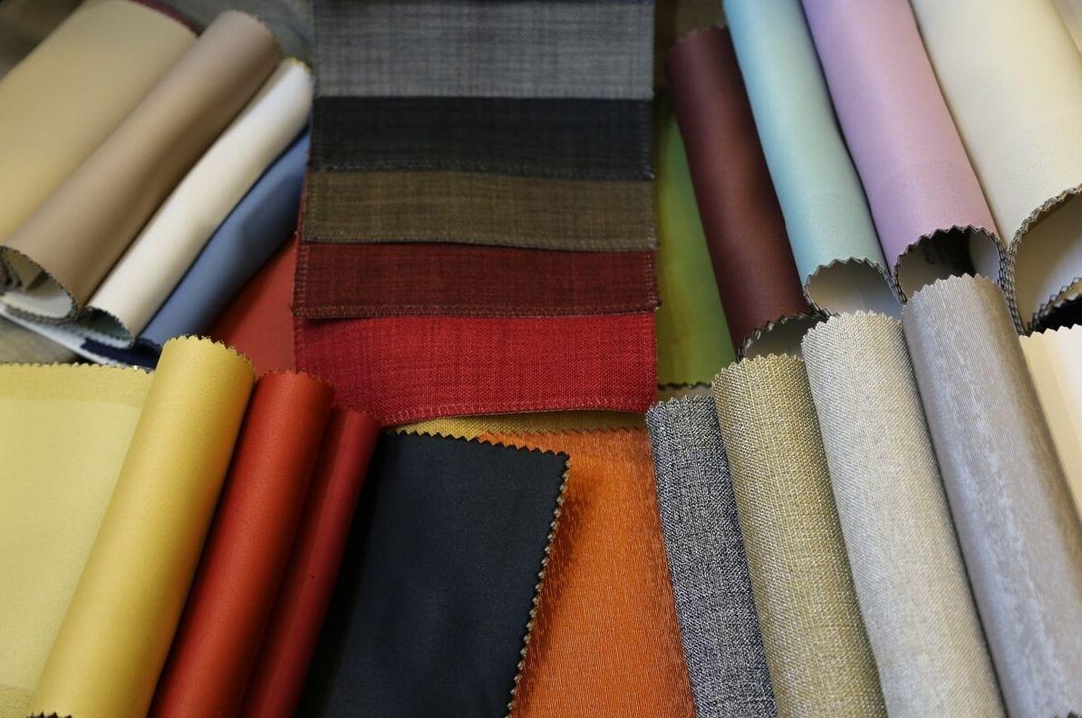 Выбирая шторы блэкаут, обратите внимание на материал, который с внешней стороны похож на замшу, внутри будет иметь черное волокно, а с обратной стороны - блеск