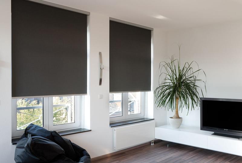 За счет того, что рулонные шторы блэкаут крепятся к раме, они позволяют визуально расширить пространство