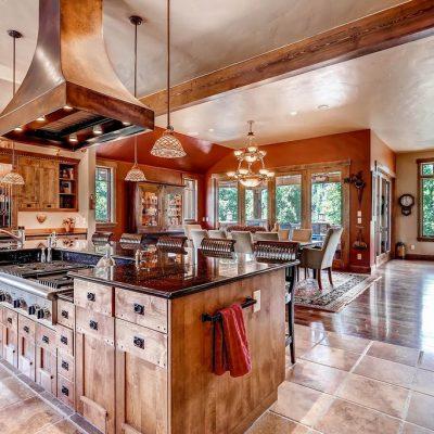 Светлая мебель расширяет пространство кухни