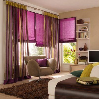 Сочетание римских штор с тюлем в гостиной