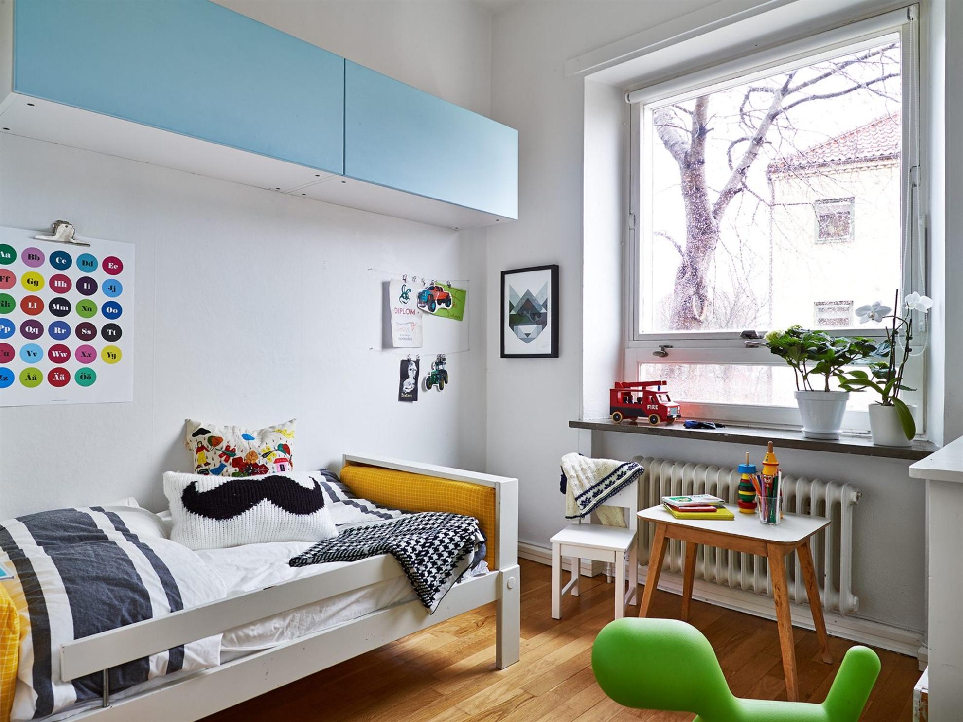 Для детской в скандинавском стиле стоит приобретать простую и недорогую мебель из дерева