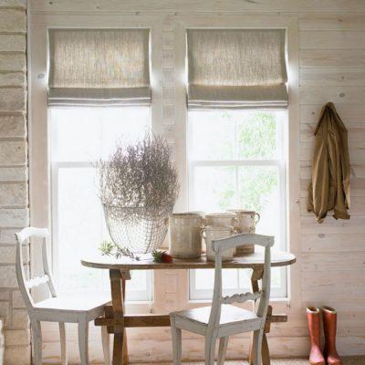Шторы изо льна на деревянном доме