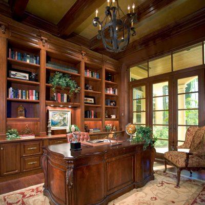 Традиционная мебель в кабинете в английском стиле