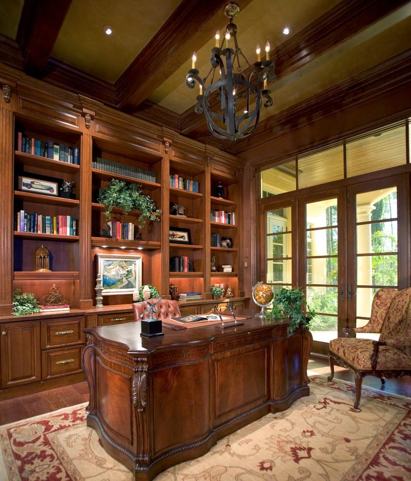 Натуральная мебель в кабинете в английском стиле