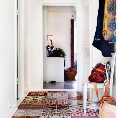 Разноцветная плитка пэчворк в коридоре