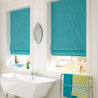 Плотные римские шторы в ванной