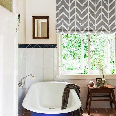 Римские шторы в ванной с узором зиг-заг