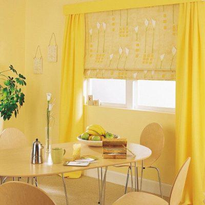 Римские шторы на кухне в желтых тонах