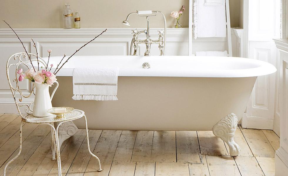 Ванна на ножках в викторианской ванной комнате