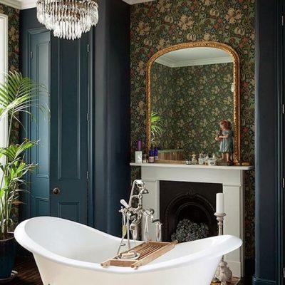 Ванная с камином и зеркалом в викторианском стиле