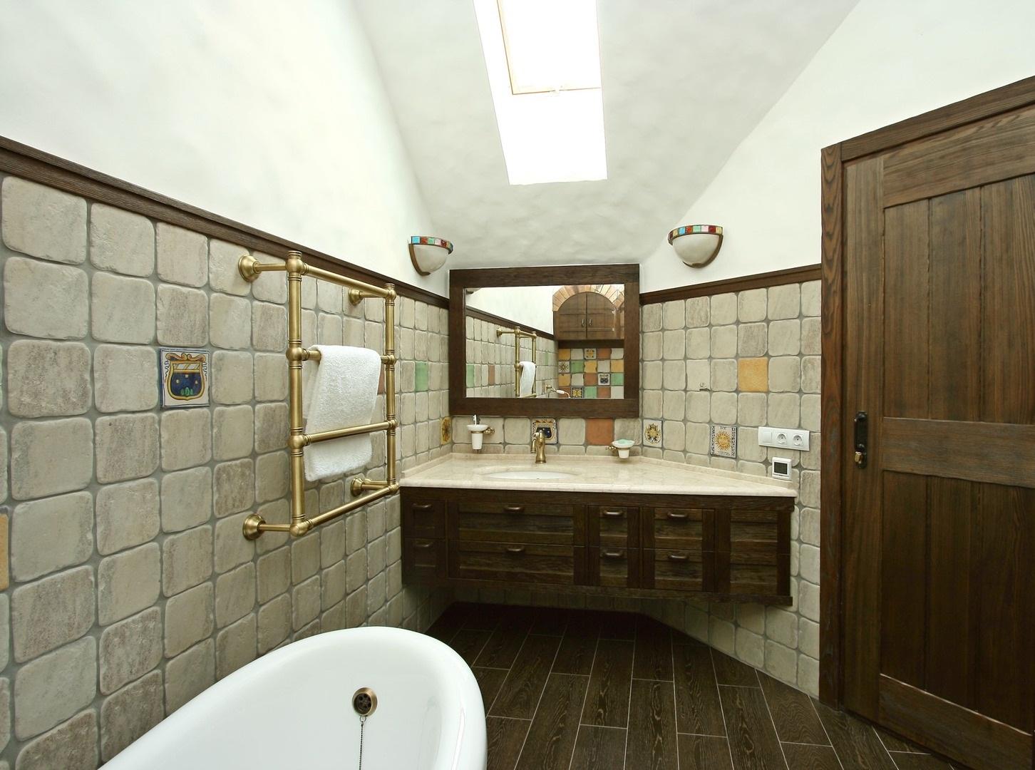 Если ванная сужается и при этом имеет неправильную геометрию, то удачным вариантом станет размещение умывальника между двух углов у самой узкой стены