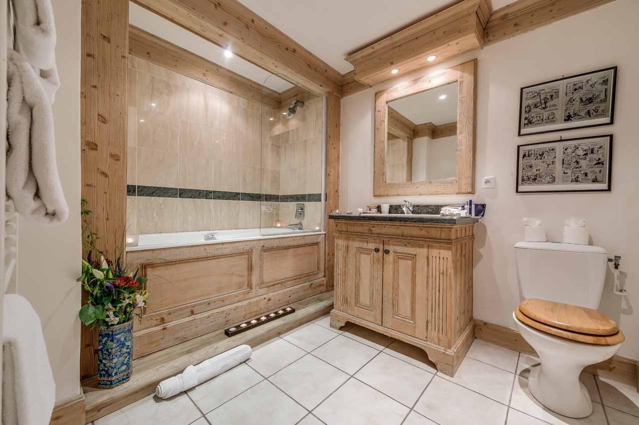 Светлая ванная комната создает ощющение пространства