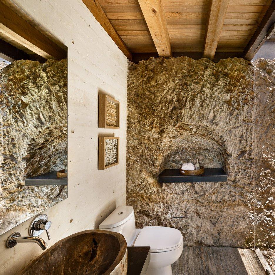 Потолок в ванной шале часто оформляют деревянными балками