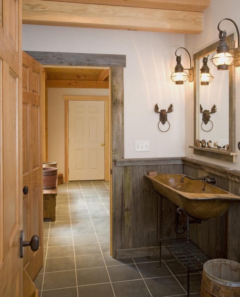 Органично впишутся в интерьер ванной кованные изделия, напимер, кран, держатель полотенец или светильники