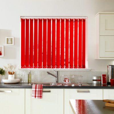 Вертикальные красные жалюзи в интерьере кухни