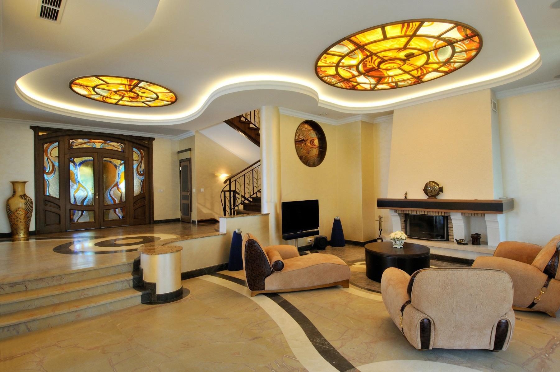 Освещенные витражи в гостиной в стиле модерн
