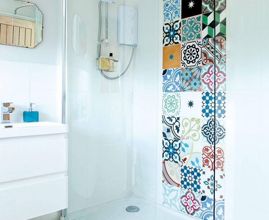 Вставка в ванной из плитки в стиле пэчворк