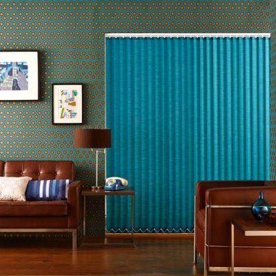 Яркие вертикальные жалюзи в интерьере гостиной