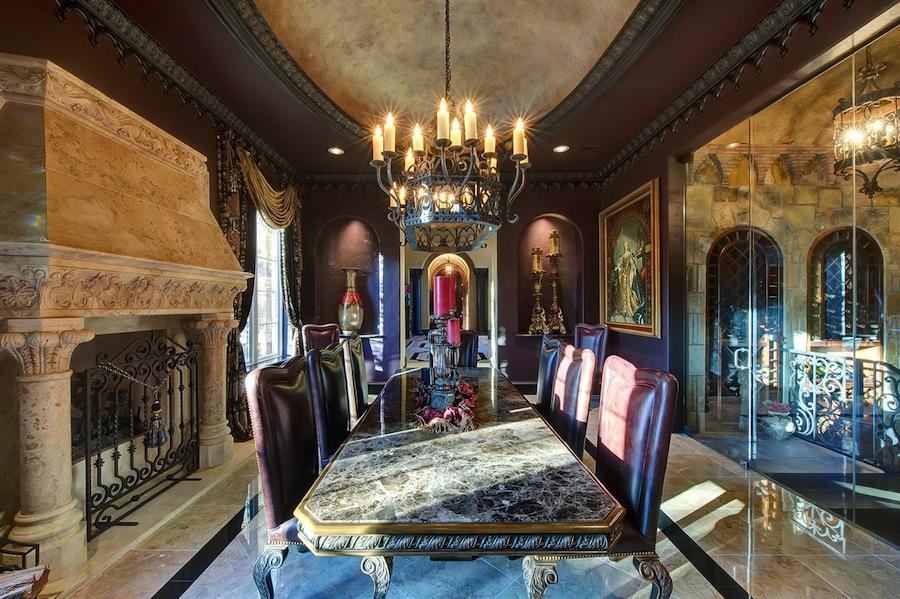 Свечи в гостиной в готическом стиле
