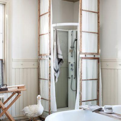 Сокрытие современной сантехники ванной под ретро стиль