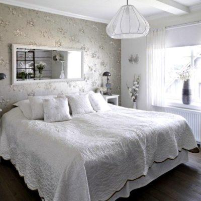 Зеркало в интерьере белоснежной спальни