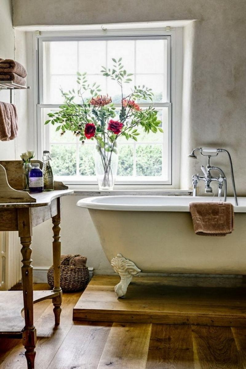 Старинная ванна на ножках в стиле прованс