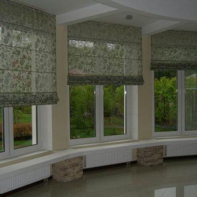 Шторы на окнах готовые