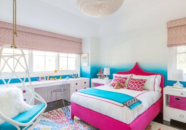 Яркая кровать девочки