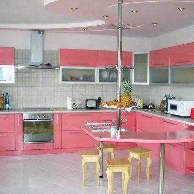 Розовый дизайн кухни