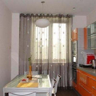 Римские шторы в оранжевой кухне