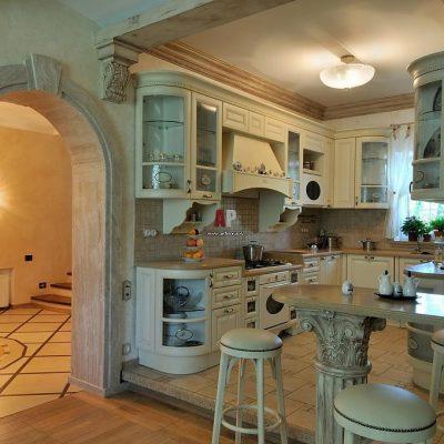 Мятны оттенок мебели на кухне