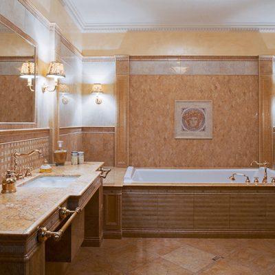 Ванна с плиткой на стенах