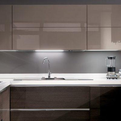 Глянцевый фасад кухни