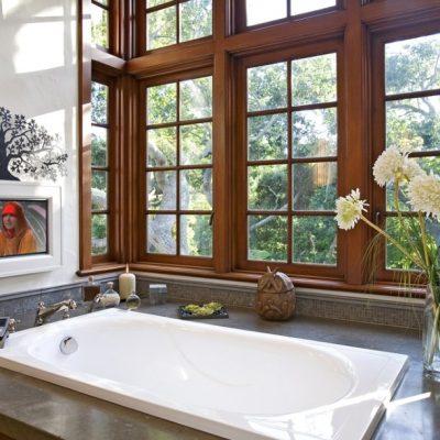 окно деревянное в ванной