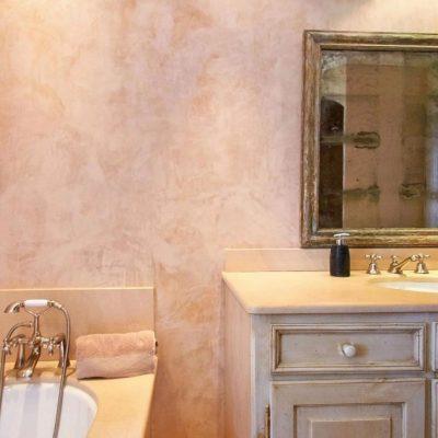 Столик в ванной комнате