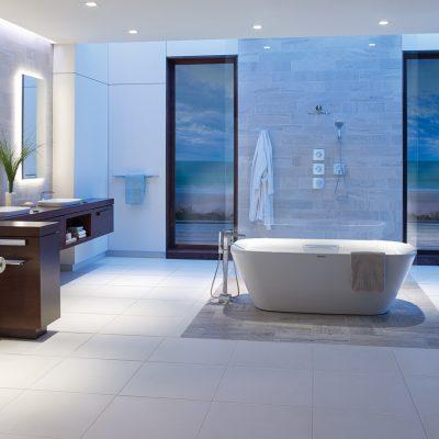 Ванная расположена в середине комнаты