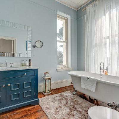 Голубая мебель в ванной