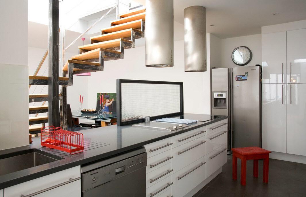 Кухня рядом с лестницей