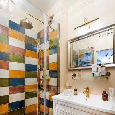 Яркая мозаика ванной