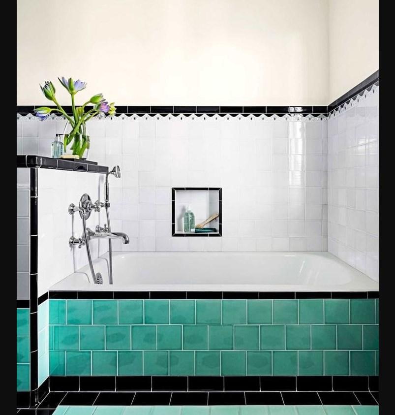 Отделка ванной двухцветными плитками