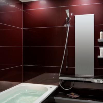 Темно красная ванная