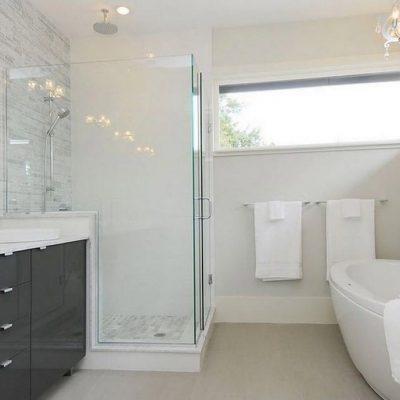 Ванная комната белая и светлая
